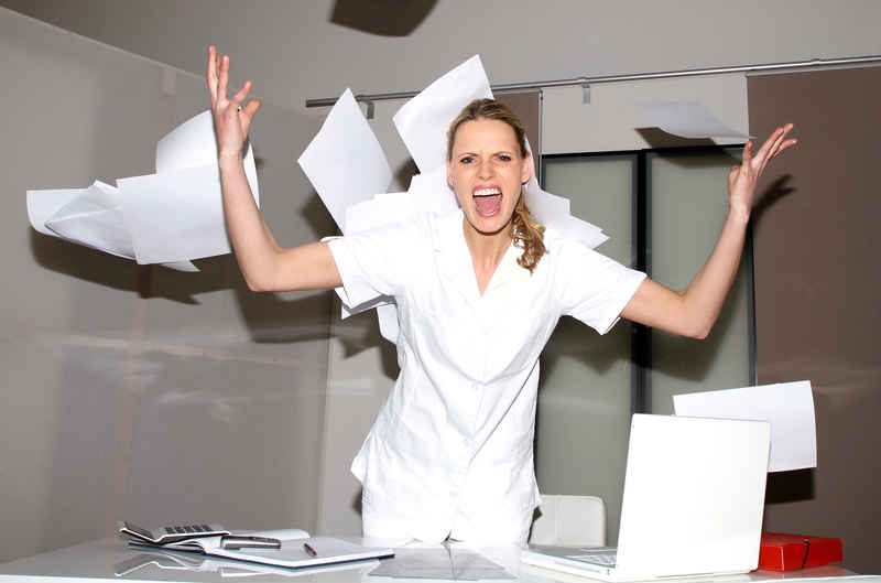 infirmiere-bureau-colere-tg.jpg
