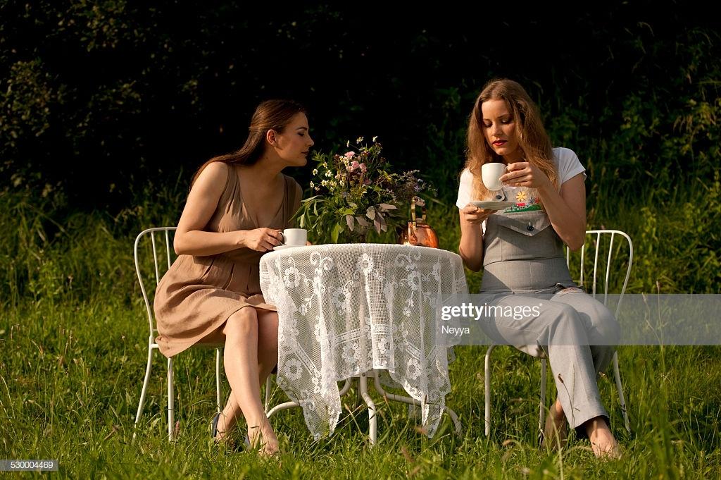 Afbeeldingsresultaat voor two women drinking tea garden